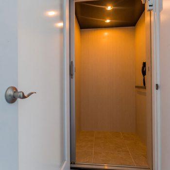 H18-gulfside-elevator_residential-elevator-cab-interior-with-open-door-enterance